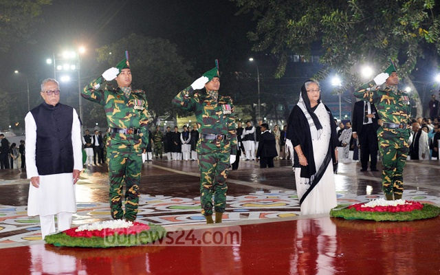 President Md Abdul Hamid and Prime Minister Sheikh Hasina at the Central Shaheed Minar to commemorate the sacrifice of the Language martyrs on the early hours of Tuesday. Photo: mostafigur rahman