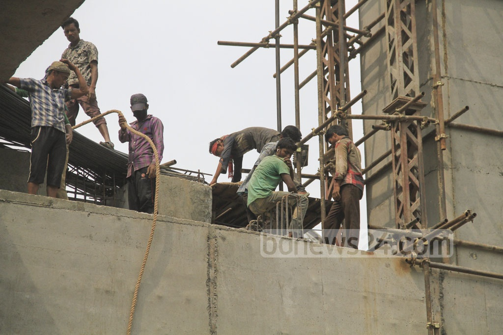No safety measures in place for the workers of the project.