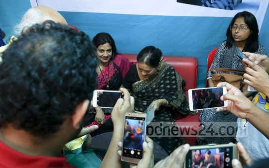 Sarah Begum Kabori, known as the 'sweet damsel' of Bangla cinema, signing books for her fans after the launching of her memoirs at the Ekushey Book Fair on Saturday. bpl, a sister concern of bdnews24.com is the publisher of the book 'Smriti Tuku Thaak'.