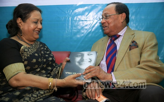 Sarah Begum Kabori, known as the 'sweet damsel' of Bangla cinema, handing over a copy of her memoirs to BNP leader Moudud Ahmend after the launching of her memoirs at the Ekushey Book Fair on Saturday. bpl, a sister concern of bdnews24.com, is the publisher of the book 'Smriti Tuku Thaak'.