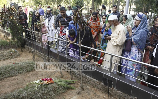 Family members of those killed in BDR mutiny at Pilkhana offer prayers next to their graves in Banani Graveyard on the eighth anniversary of the massacre on Saturday.