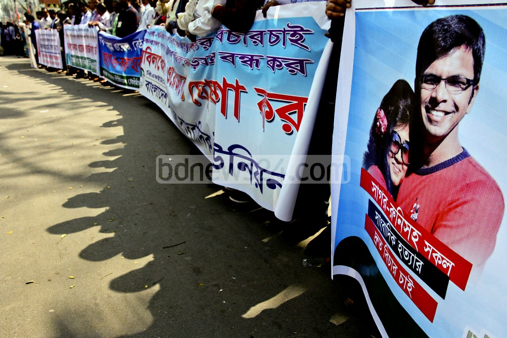 Journalists belonging to different professional bodies form a human chain in front of the National Press Club on Saturday to press home their demands of constituting 9th Wage Board and the trial and punishment of the killers of journalists. Photo: tanvir ahammed