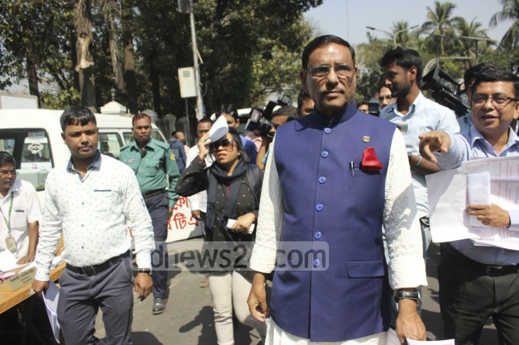 Road Transport and Bridges Minister Obaidul Quader conducts an inspection of the BRTA Mobile Court set up at Dhaka's Topkhana Road on Sunday. Photo: asif mahmud ove