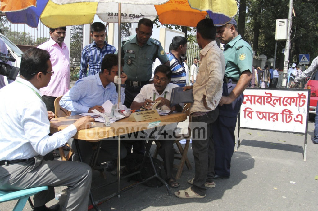 The BRTA Mobile Court attempts to bring order to the roads at Dhaka's Topkhana Road on Sunday. Photo: asif mahmud ove