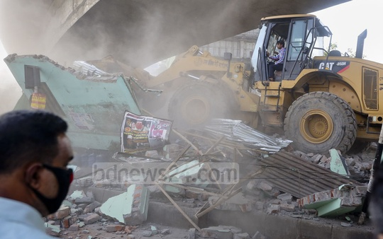 Dhaka North City Corporation demolished an illegally built office of Dhaka Division Sramik League underneath Mohakhali flyover in the capital on Monday. Photo: asaduzzaman pramanik