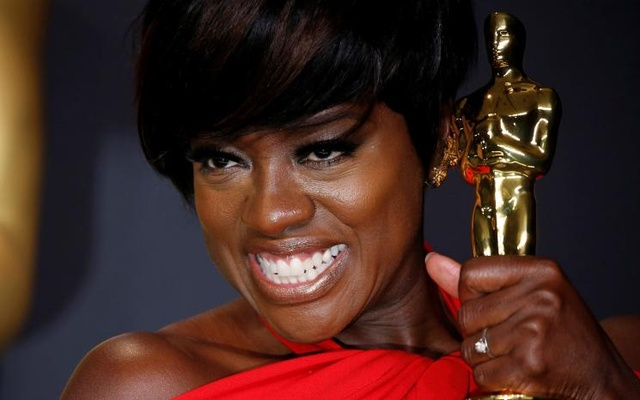 """89th Academy Awards - Oscars Backstage - Hollywood, California, US - 26/02/17 - Actress Viola Davis poses with her Oscar for Best Supporting Actress for the film """"Fences"""". Reuters"""