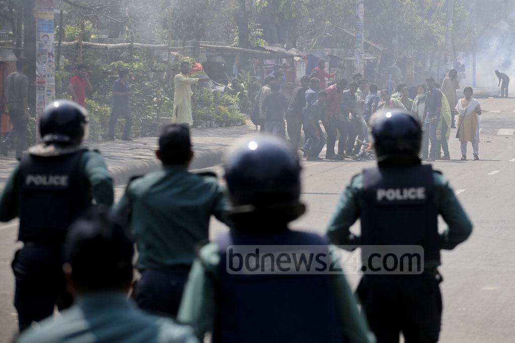 Police scuffle with protesters during half-day shutdown in Dhaka against gas tariff hike. Photo: asaduzzaman pramanik