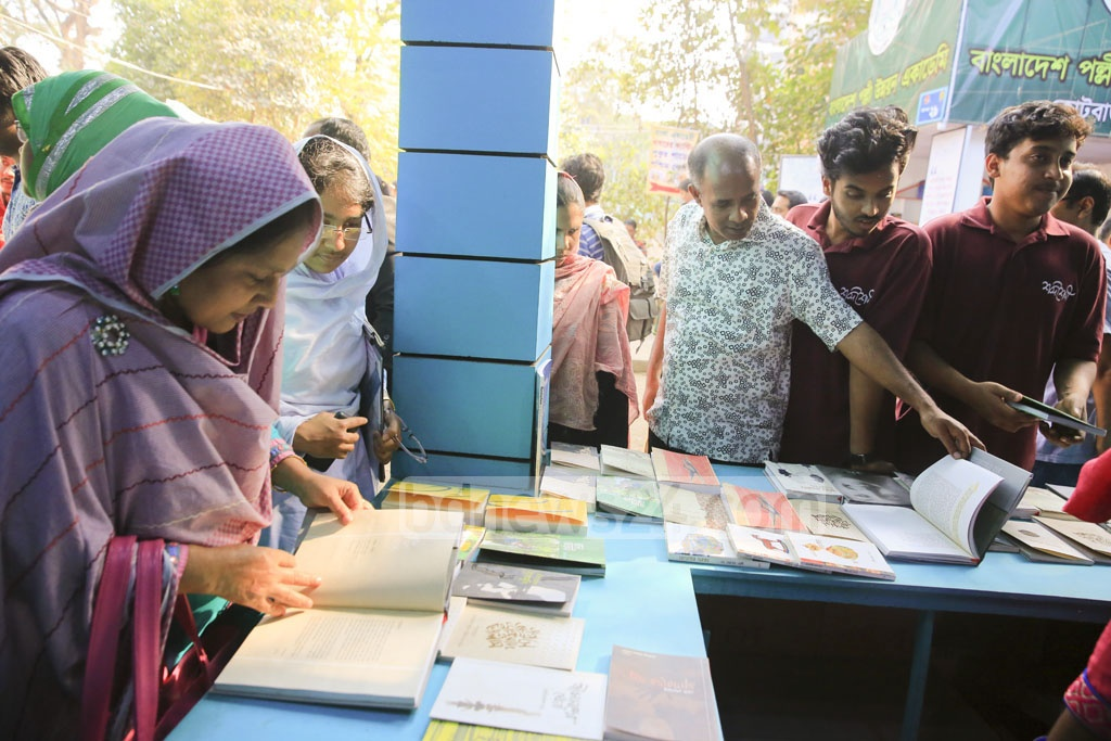 Actress Sarah Begum Kabori's memoirs 'Smriti Tuku Thaak' was one of the main attractions of the Amar Ekushey Book Fair this year. Many came to the bdnews24 publishing limited stall to buy the book on the last day of the fair on Tuesday.