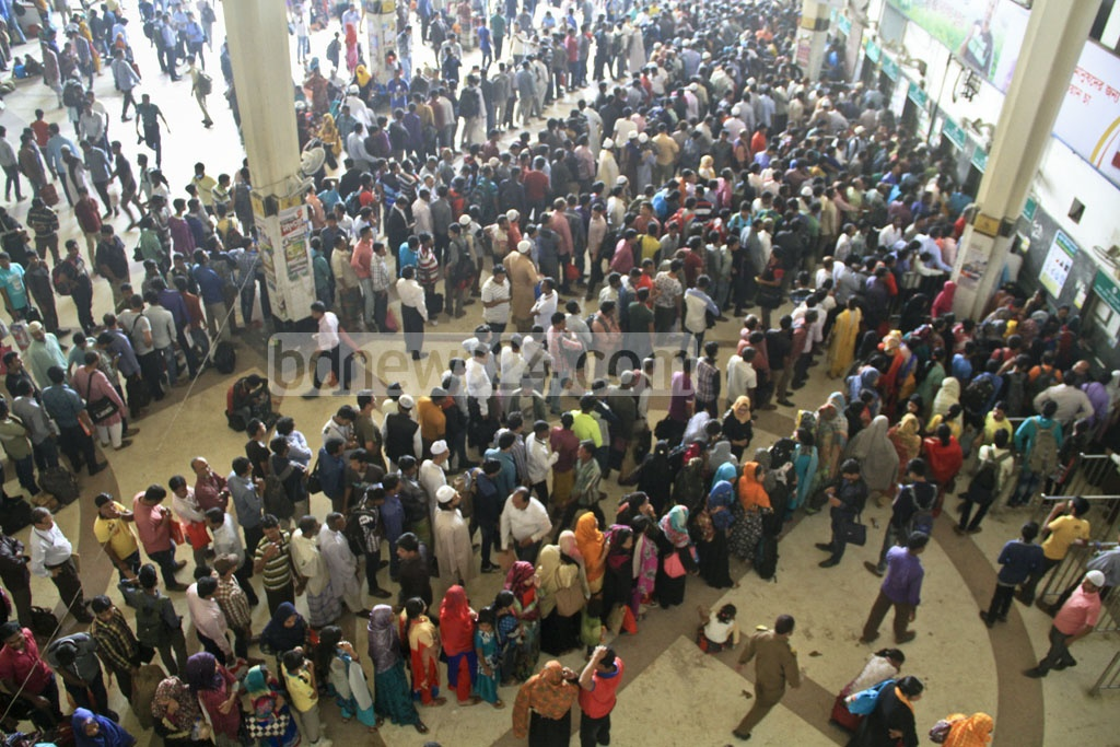 The holidays are not here! These people are in line to get train tickets because travelling on buses was not an option during a nationwide transport strike that went on for two days. Photo: abdul mannan