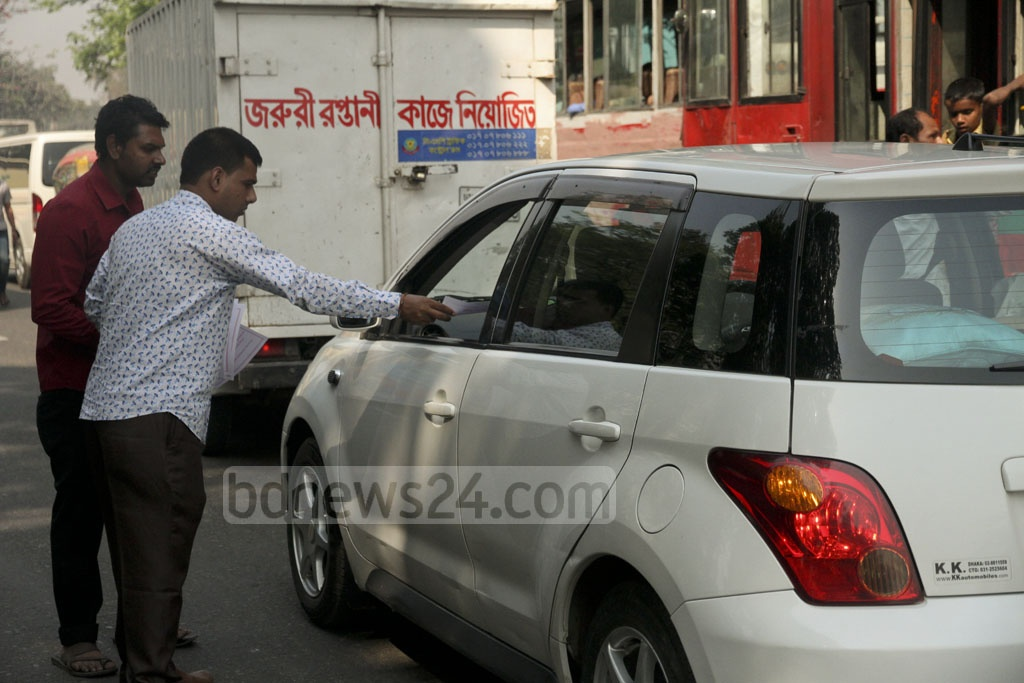 Leaflets about safe driving distributed by BRTA Mobile Court to drivers at Dhaka's Manik Mia Avenue on Thursday. Photo: tanvir ahammed