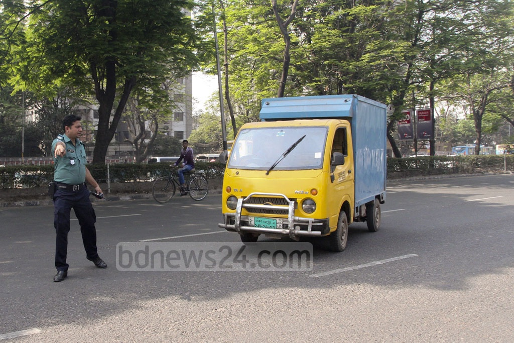 BRTA mobile court pulls up some driving vehicles without a valid license. Photo: tanvir ahammed
