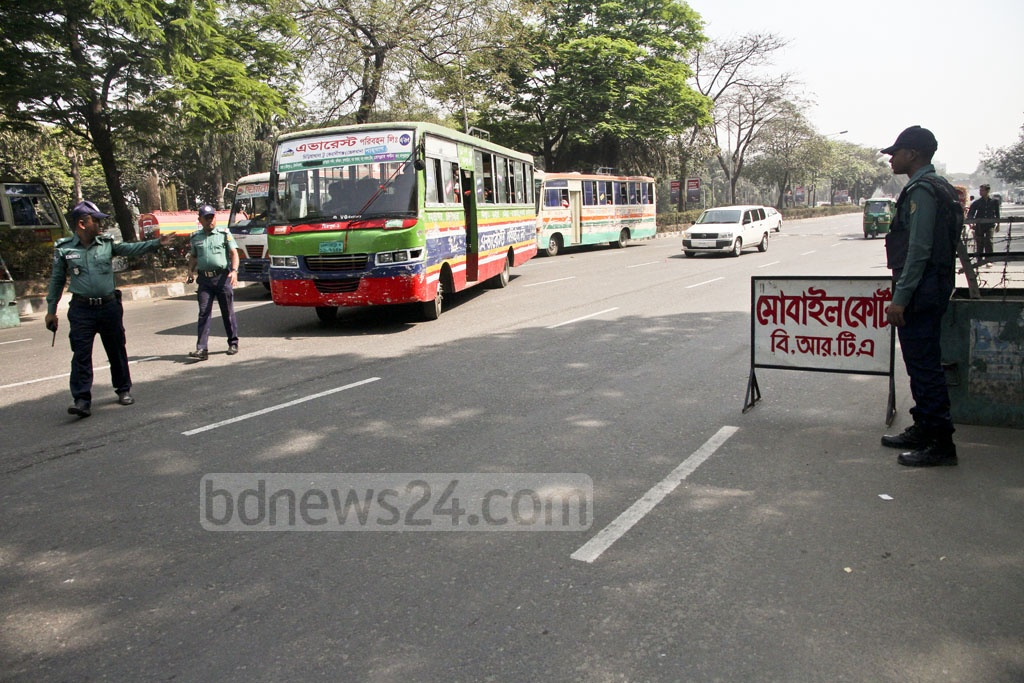 BRTA operates mobile court at Dhaka's Manik Mia Avenue to enforce road discipline. Photo: tanvir ahammed