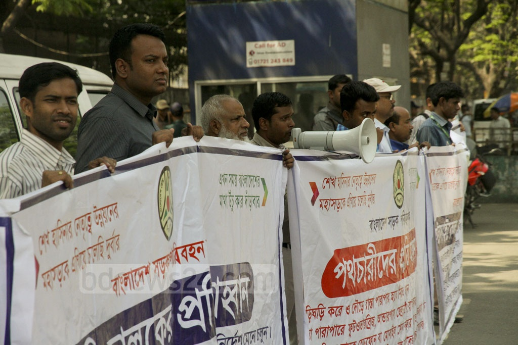 The BRTA held awareness campaign at Dhaka's Manik Mia Avenue on Thursday. Photo: tanvir ahammed