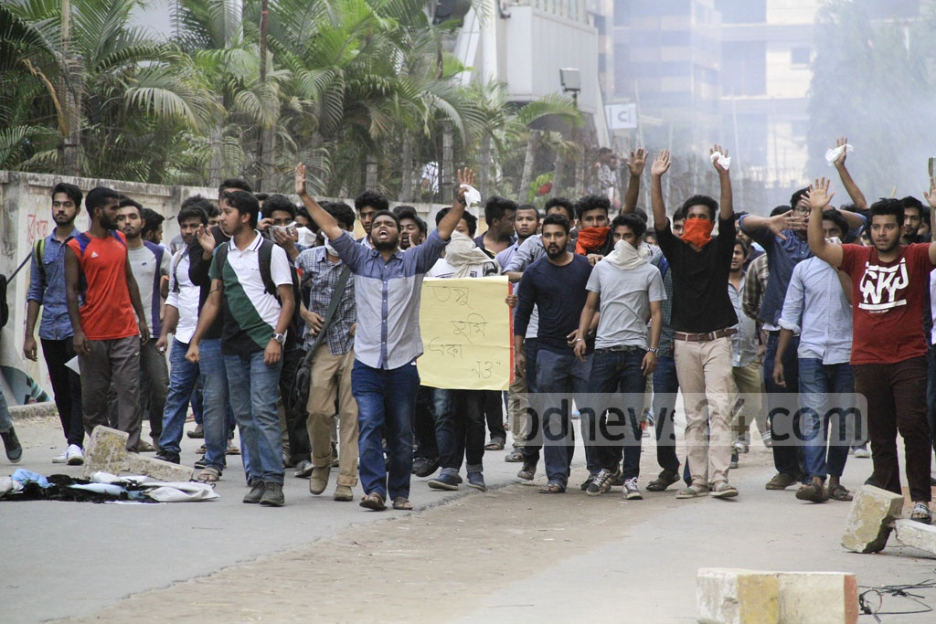 North South University (NSU) students on Thursday protest assault on a fellow student by Basundhara Residential Area's security guards. Photo: abdul mannan