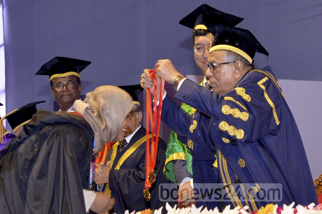 President Md Abdul Hamid conferring a gold medal to a student at the 50th Convocation of Dhaka University on Saturday. Photo: Press Wing, Bangabhaban