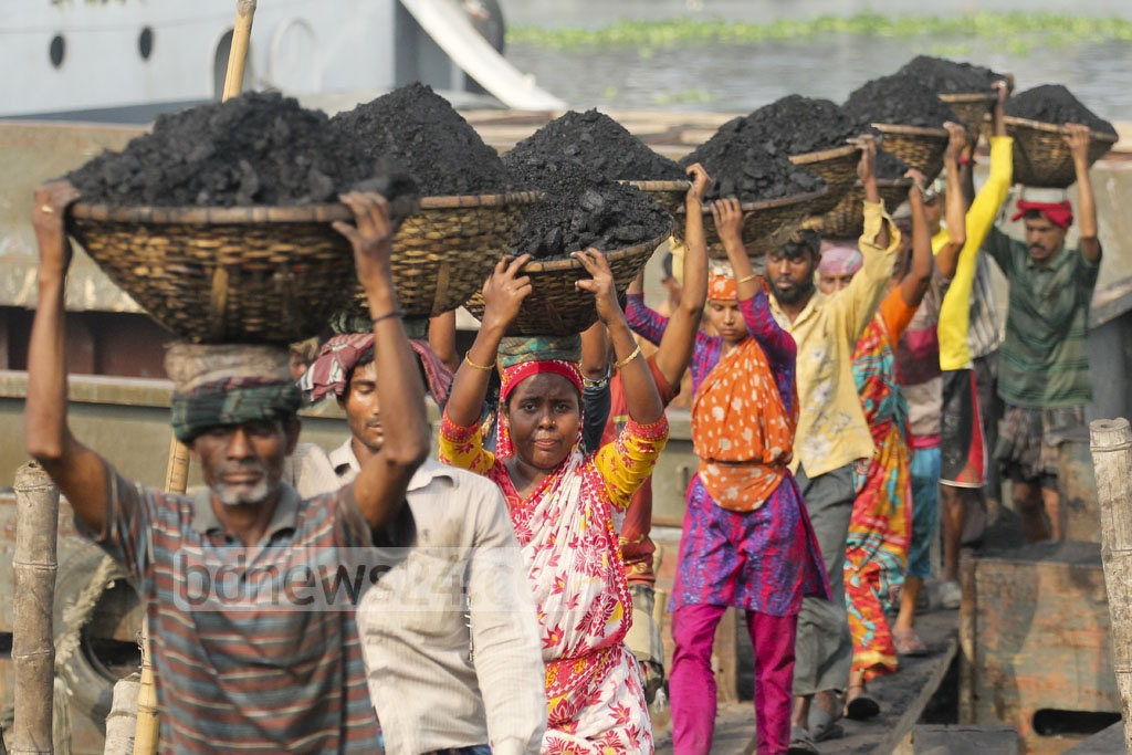 Women unloading coal from boats at Gabtoli on Tuesday. Photo: asif mahmud ove