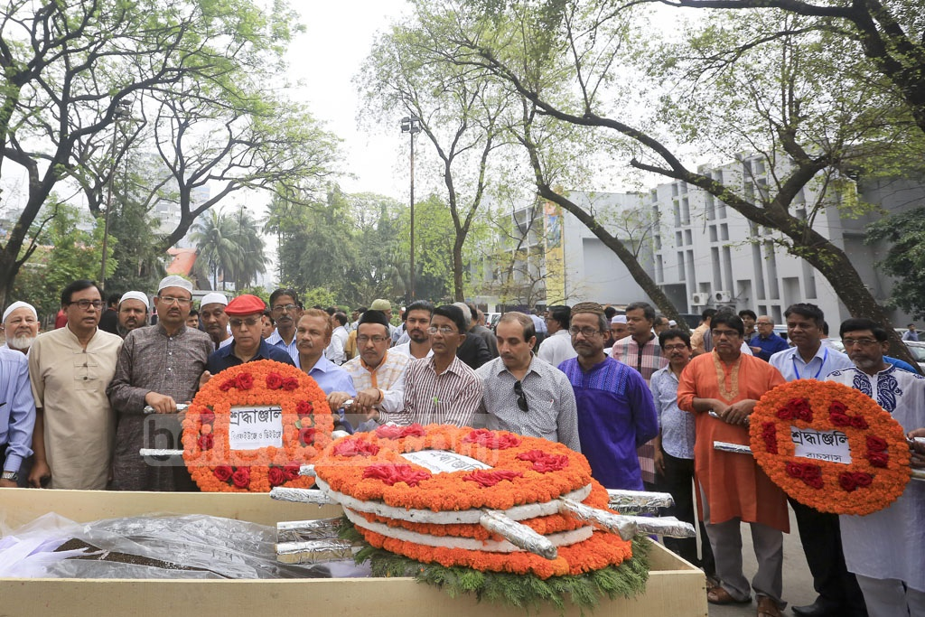 Colleagues pay their last respects to senior journalist Zainul Abedin at the National Press Club on Friday.