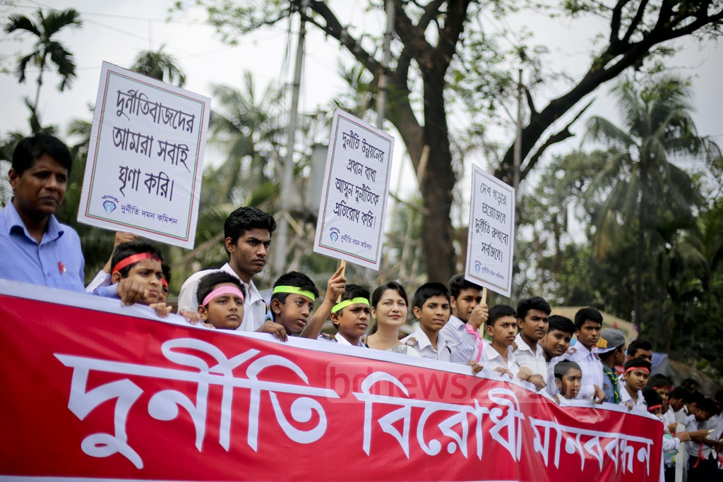 Students from several institutions take part in an anti-corruption human-chain programme in front of the National Press Club in Dhaka. Photo: asaduzzaman pramanik