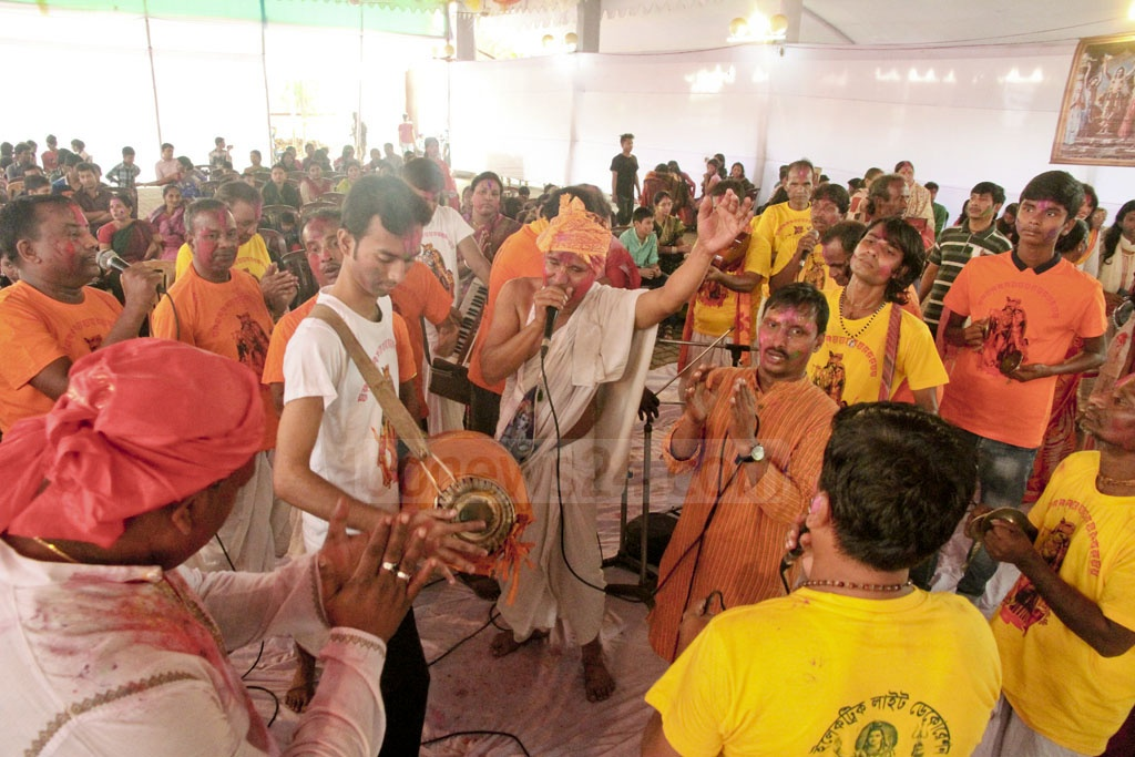 Devotees smeared with coulour sing and dance during Dol festival at Dhakeshwari National Temple on Sunday. Photo: tanvir ahammed
