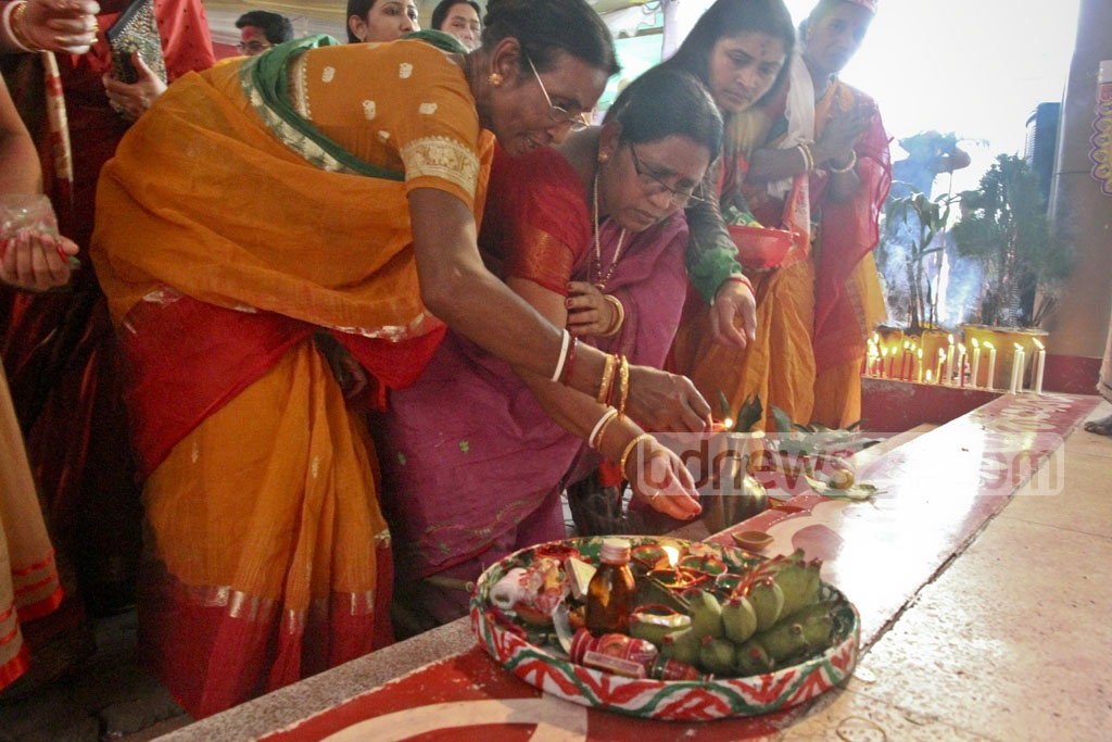 Devotees offering colours at the feet of the idols of Lord Sri Krishna and Sri Radhika at Dhakeshwari National Temple. Photo: tanvir ahammed
