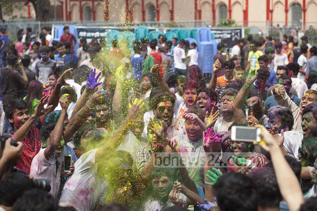 Youths celebrate Dol festival at Dhakeshwari National Temple on Sunday. Photo: nayan kumar