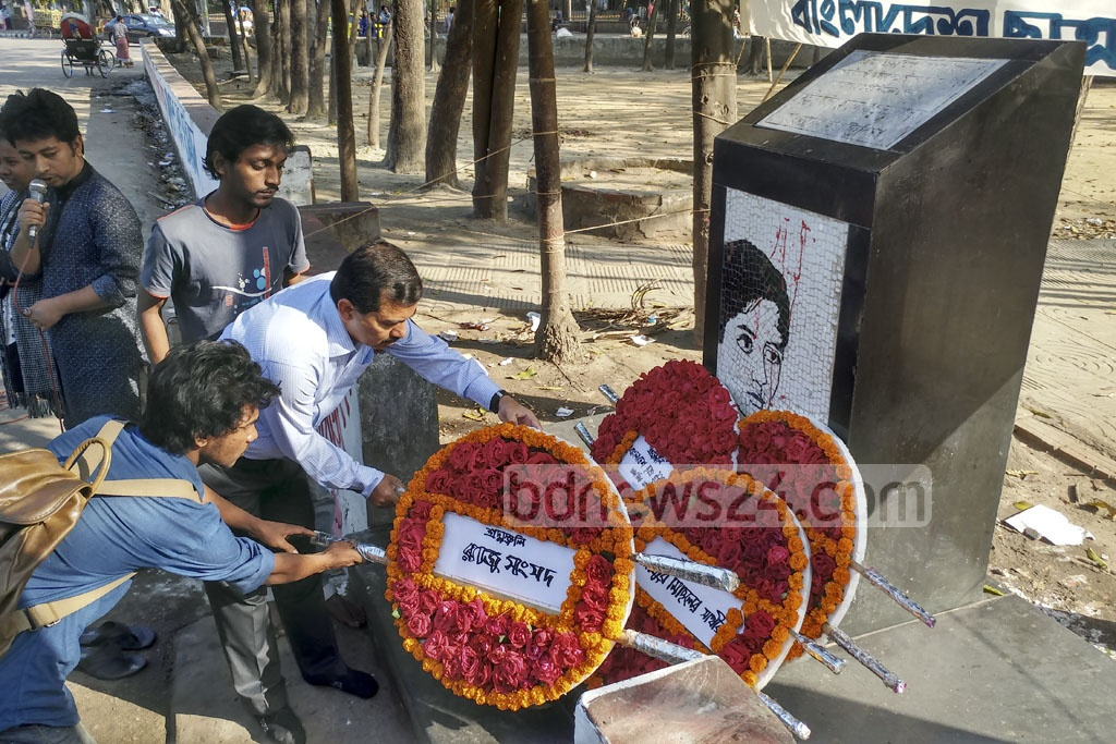 People pay respects to Chhatra Union leader Moyeen Hossain Raju by placing wreaths on a memorial at the TSC on his 24th death anniversary on Monday. Raju was shot dead in an anti-terrorism demonstration at the Dhaka University. Photo: abdul mannan