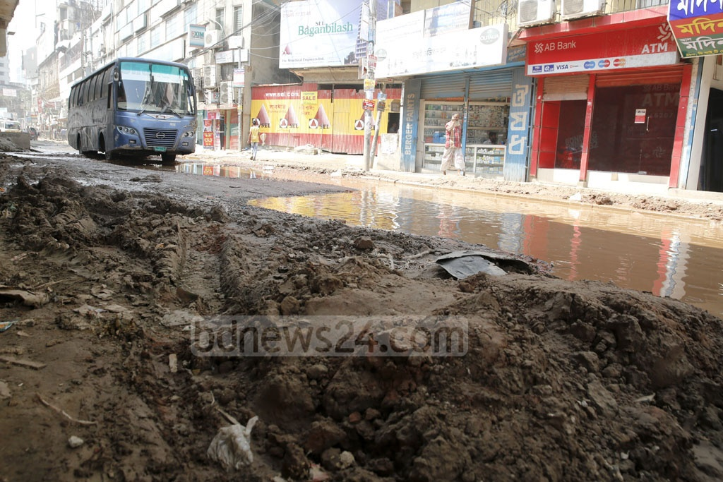 Roads are in dilapidated condition at the Mouchak-Malibagh flyover construction site. Photo: mostafigur rahman