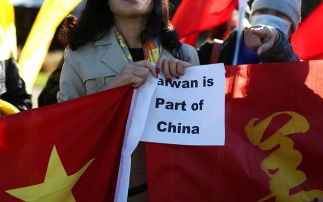 A demonstrator holds a sign in support of China during Taiwanese President Tsai Ing-wen's stop-over after her visit to Latin America in Burlingame, California, US, January 14, 2017. Reuters