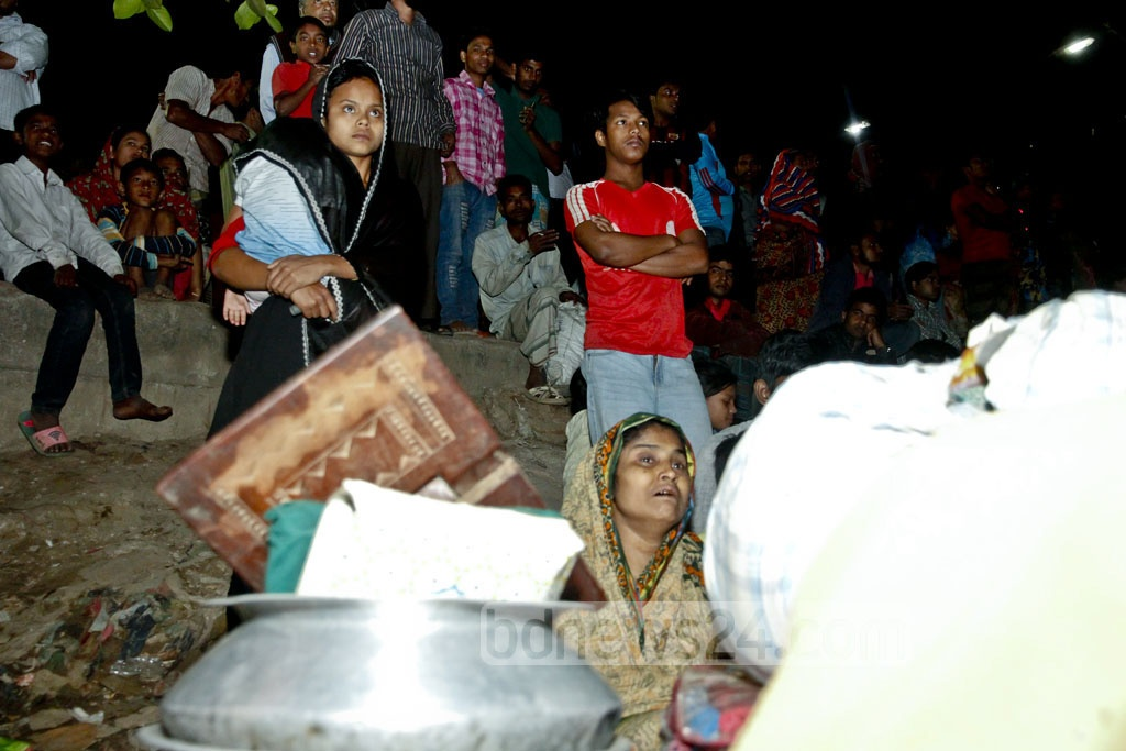 Residents of the Korail slum at Dhaka's Mohakhali evacuated with their belongings after many houses were razed to the ground following a massive fire on Thursday. Photo: tanvir ahammed