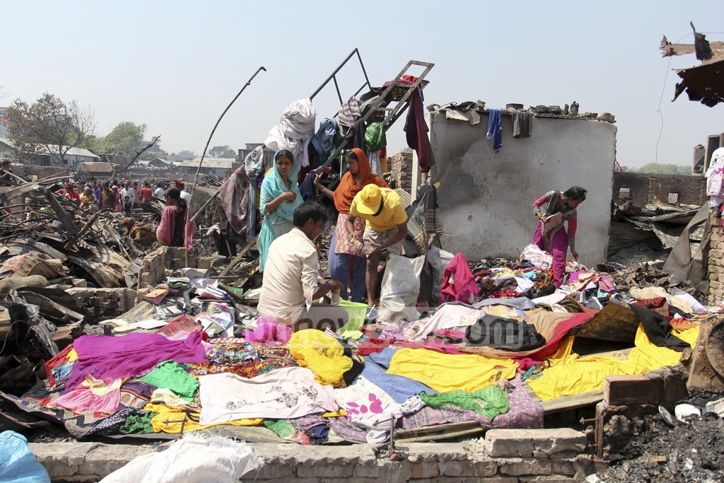 Clothes are left to dry under the sun after firefighters douse a fire that ravaged Mohakhali's Korail slum on early Thursday. Photo: asif mahmud ove