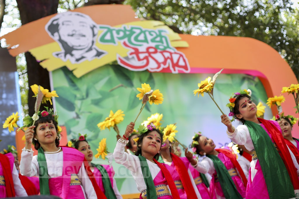 A dance sequence at the 'Bangabandhu Utsab' at Dhaka University's Faculty of Fine Arts on Friday. 'Bangali Sangskritik Jote' organised the cultural function to mark the 97th birth anniversary of Bangabandhu and National Children Day. Photo: asaduzzaman pramanik