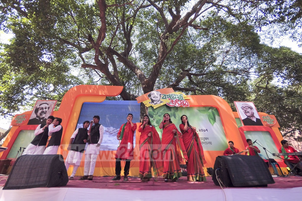 Singers perform at a programme titled 'Bangabandhu Utsab' at Dhaka University's Faculty of Fine Arts on Friday. 'Bangali Sangskritik Jote' organised the cultural function to mark the 97th birth anniversary of Bangabandhu and National Children Day. Photo: asaduzzaman pramanik