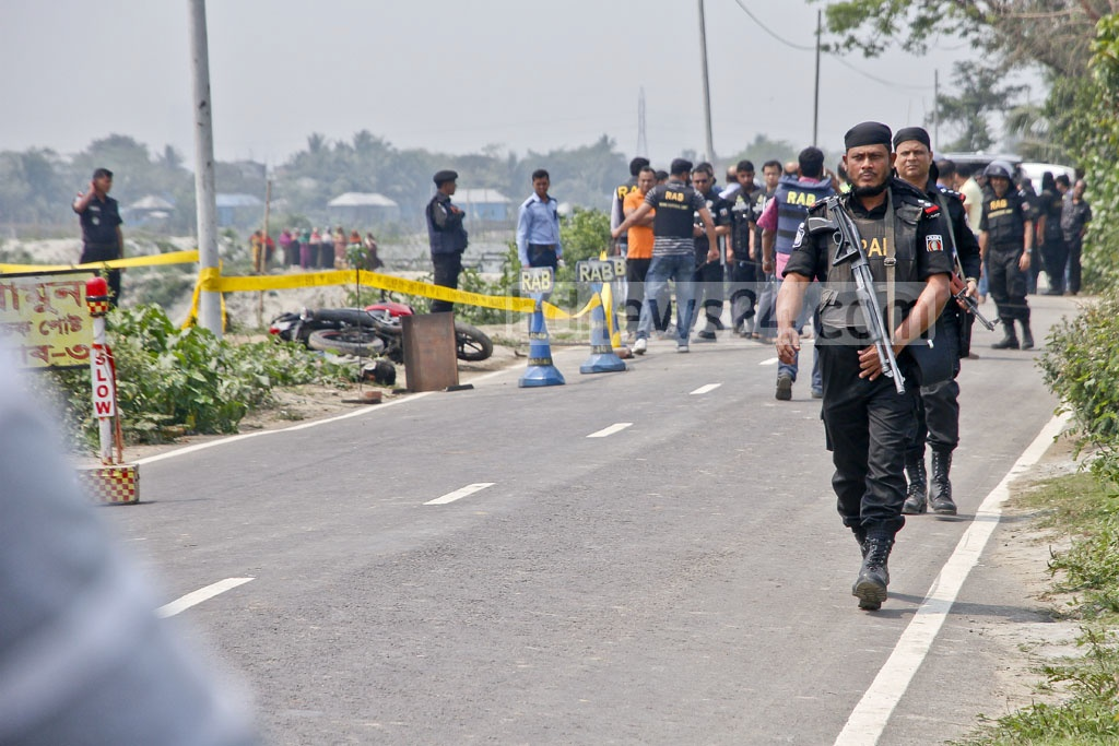 RAB personnel secure the road after the attempted attack on the checkpost in Dhaka's Khilgaon early on Saturday. Photo: tanvir ahammed