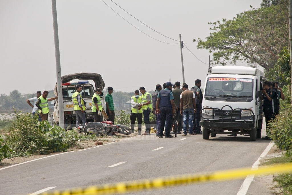 CID forensic experts examine the body of the suspected suicide attacker, who was shot dead during the attempted assault on a RAB checkpost. Photo: tanvir ahammed
