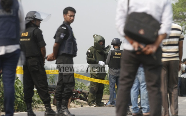 RAB bomb experts prepare to defuse the explosives strapped to the body of a suspected suicide attacker, who was shot dead early on Saturday during an attempted assault on a checkpost in Dhaka. Photo: tanvir ahammed