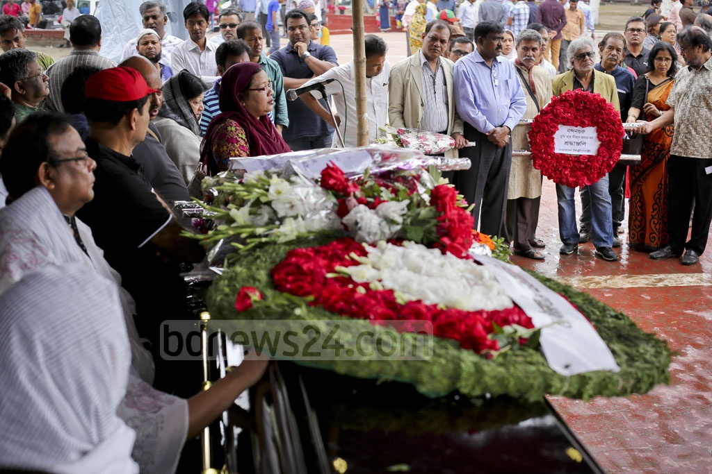 People pay last respect to diplomat Mijarul Quayes by placing wreaths on his coffin at the Central Shaheed Minar on Monday. Photo: asaduzzaman pramanik