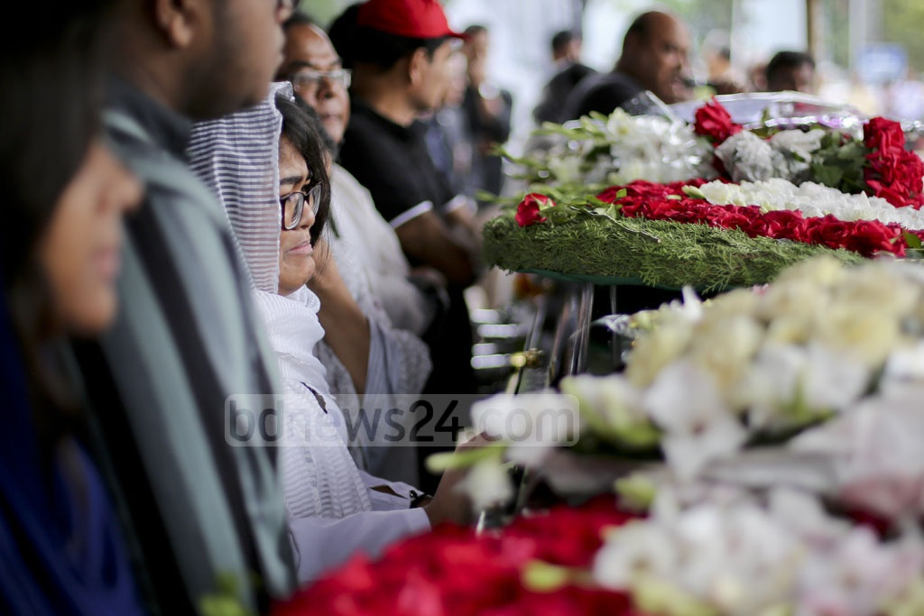 Former foreign secretary Mijarul Quayes' daughter started to cry when she reached beside his father's coffin at the Central Shaheed Minar on Monday. Photo: asaduzzaman pramanik
