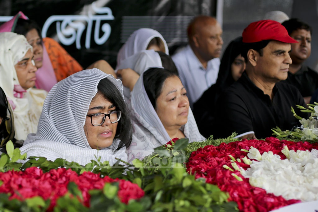 Distraught wife and daughter of Bangladesh ambassador to Brazil Mijarul Quayes beside his coffin kept at the Central Shaheed Minar for people to pay last respect on Monday. Photo: asaduzzaman pramanik