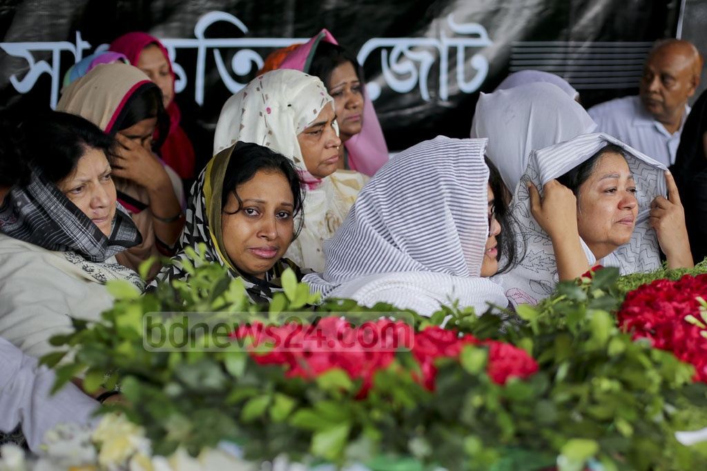 Relatives of diplomat Mijarul Quayes burst into tears as his coffin is brought to the Central Shaheed Minar for the people to pay last respects. Photo: asaduzzaman pramanik