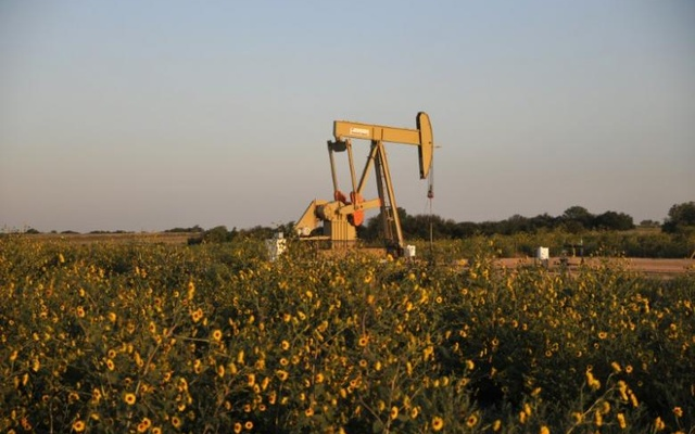 A pump jack operates at a well site leased by Devon Energy Production Company near Guthrie, Oklahoma Sept 15, 2015. Reuters