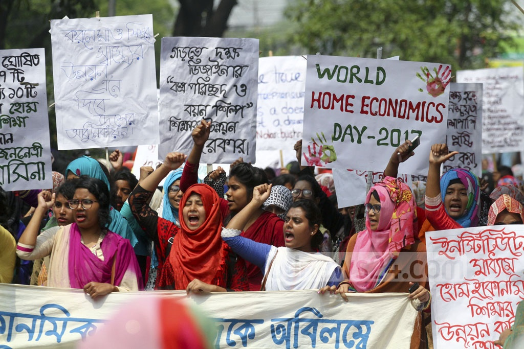 Students from the College of Home Economics demonstrate on Dhaka University campus to have their college recognised as an institute of the premier university. Photo: abdul mannan