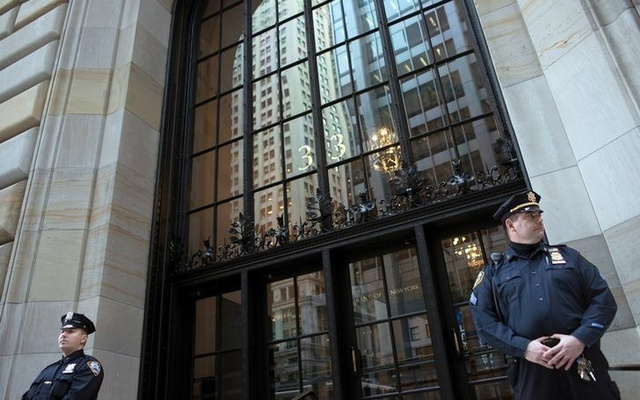 Federal Reserve and New York City Police officers stand guard in front of the New York Federal Reserve Building in New York, October 17, 2012. Reuters