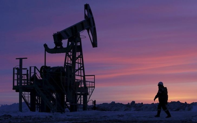 Oil rises on weak dollar, but bloated supply still weighs