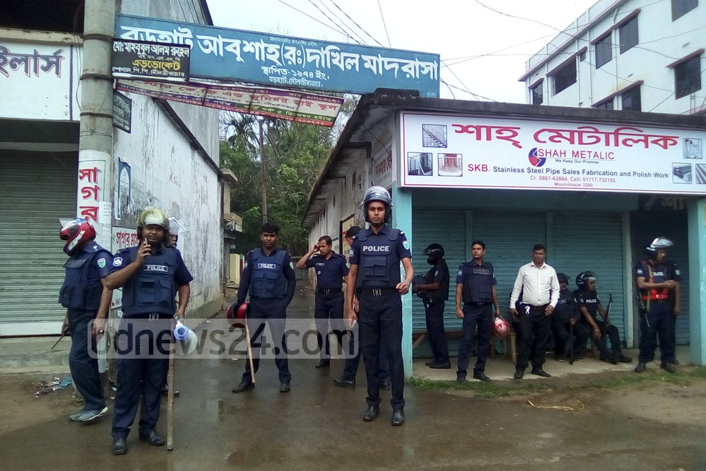 Police deployment on the street leading to the house at Moulvibazar town's Barhahaat neighbourhood, where suspected militants have been holed up since early on Wednesday.