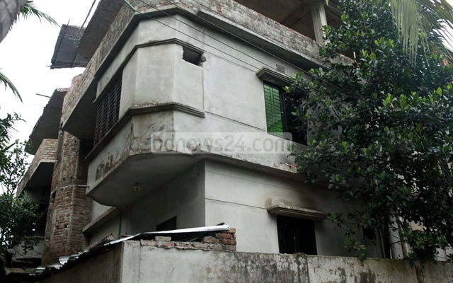 Security forces have sealed off this three-storey building at Comilla's Kotbari, possibly used by militants as a hideout.