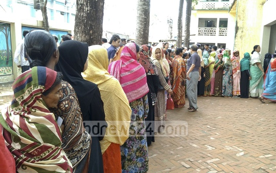 A long queue of voters at the Comilla City Corporation polling centre at the city's Modern School on Thursday. Photo: masum billah