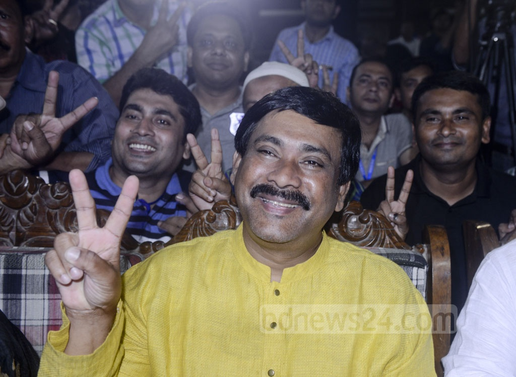 BNP candidate Monirul Haque Sakku flashes a 'victory' sign after the mayoral election in Comilla on Thursday.