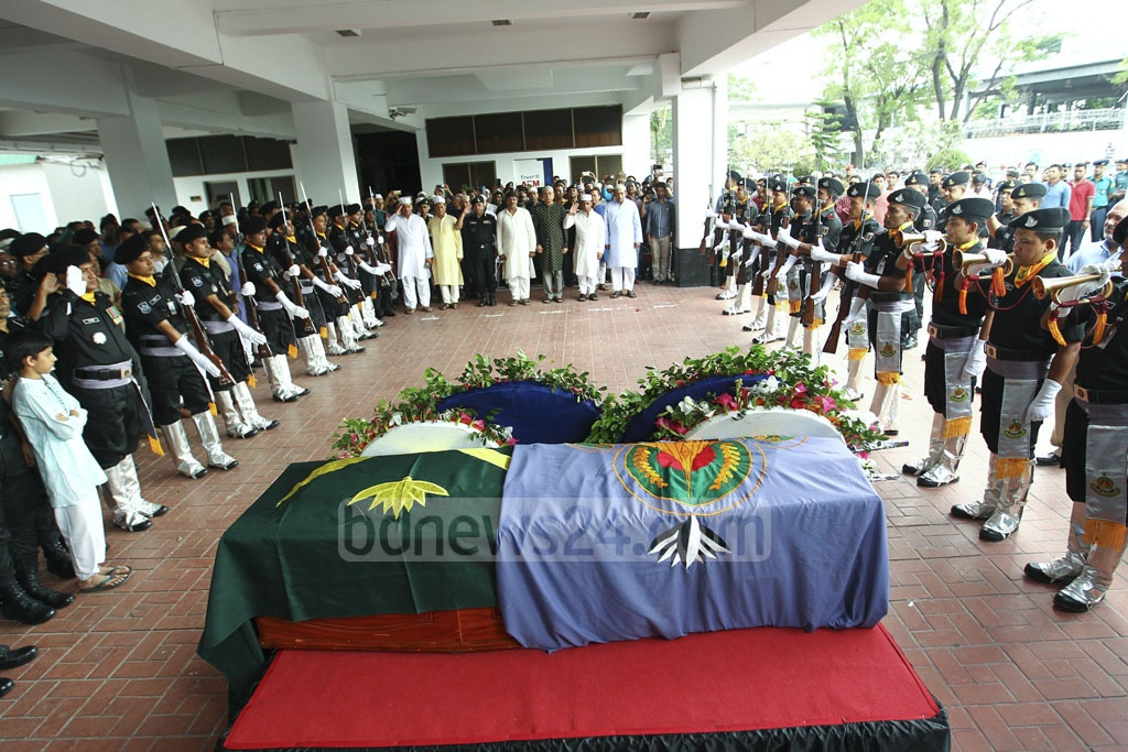 Colleagues and well-wishers paid last respects to RAB Intelligence Wing chief Lt Col Abul Kalam Azad at the headquarters of the elite force on Friday. Home Minister Asaduzzaman Khan Kamal also came to pay respects to Azad, who died earlier in the day after being injured in blasts in Sylhet six days ago.