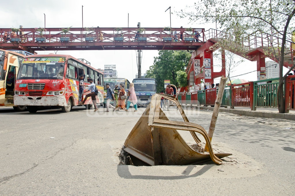 Two months on, the city authorities have done nothing to address the damage to this manhole cover on a main thoroughfare of Gulshan's Notun Bazar. Photo: tanvir ahammed