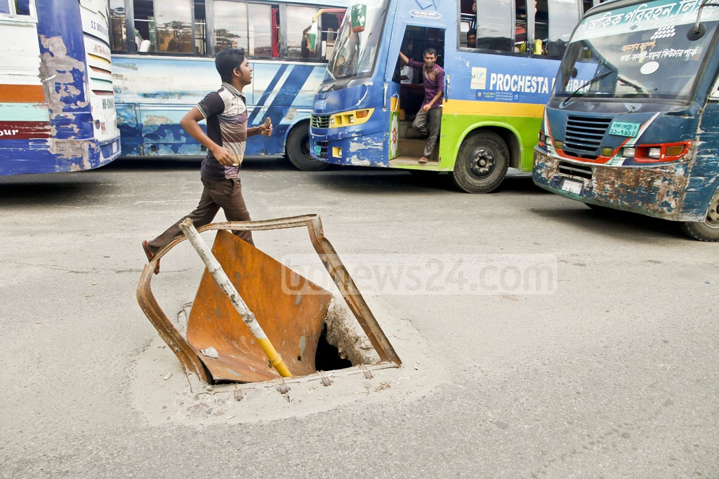 A damaged manhole cover on a main thoroughfare of Gulshan's Notun Bazar creates constant risk of accidents. Photo: tanvir ahammed
